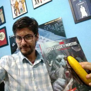 Foto do livro com uma banana para escala